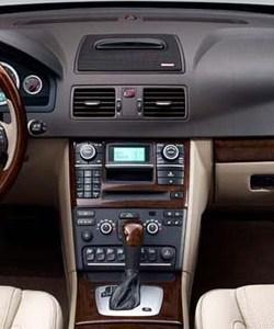 Автомобильный сенсорный монитор для Volvo XC90 в интерьере. Закрытый