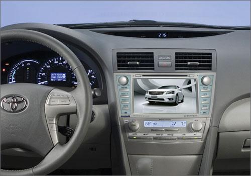 Мультимедийный навигационный центр Phantom DVM-1720G HDi в интерьере Toyota Camry