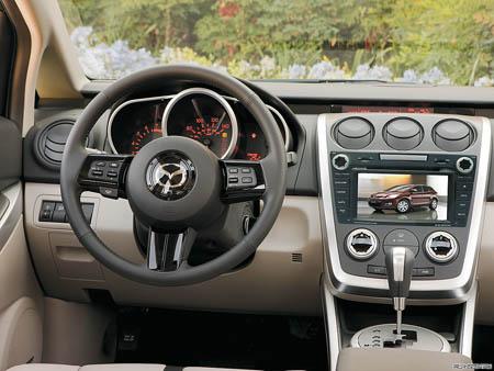 Мультимедийный навигационный центр Phantom DVM-7520G HDi в интерьере Mazda CX-7